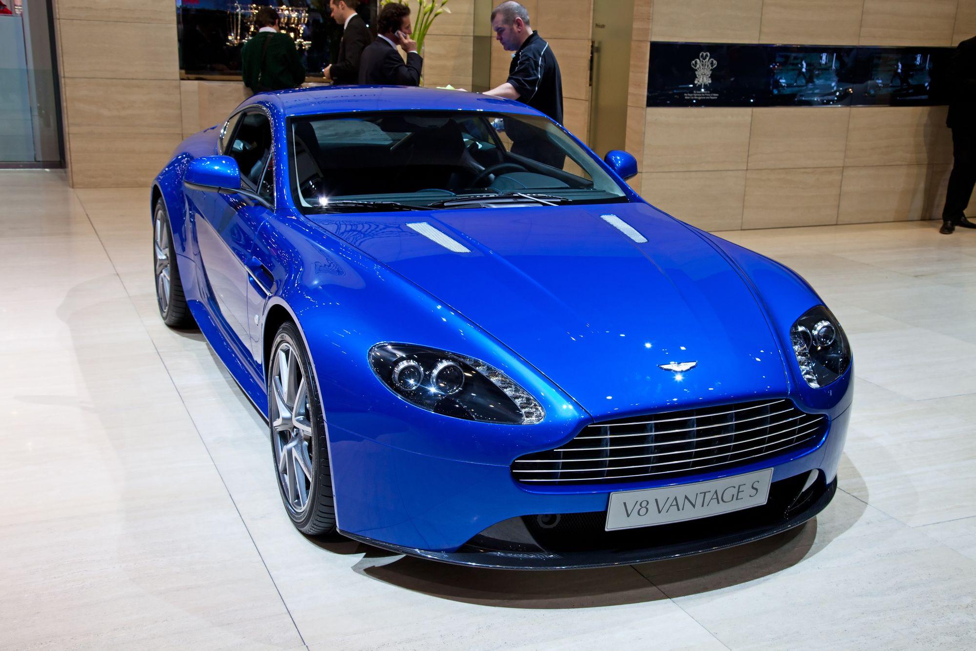 μπλε Aston Martin V8 Vantage σε έκθεση