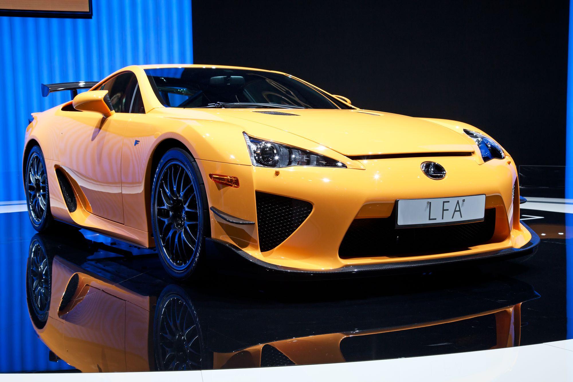 κίτρινη Lexus LFA σε έκθεση