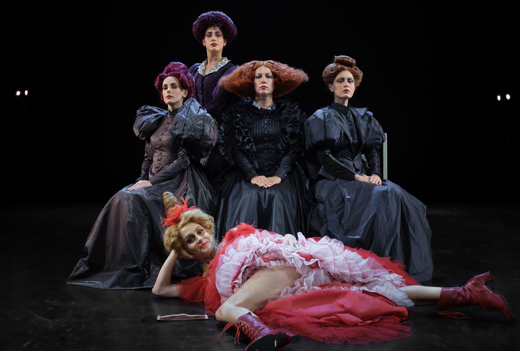 Φωτογραφία από τη θεατρική ομάδα της παράστασης «Η κυρία του Μαξίμ»