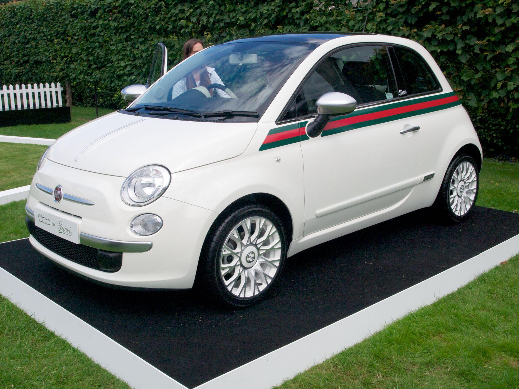 Το Fiat 500 Gucci παρκαρισμένο στο γκαζόν