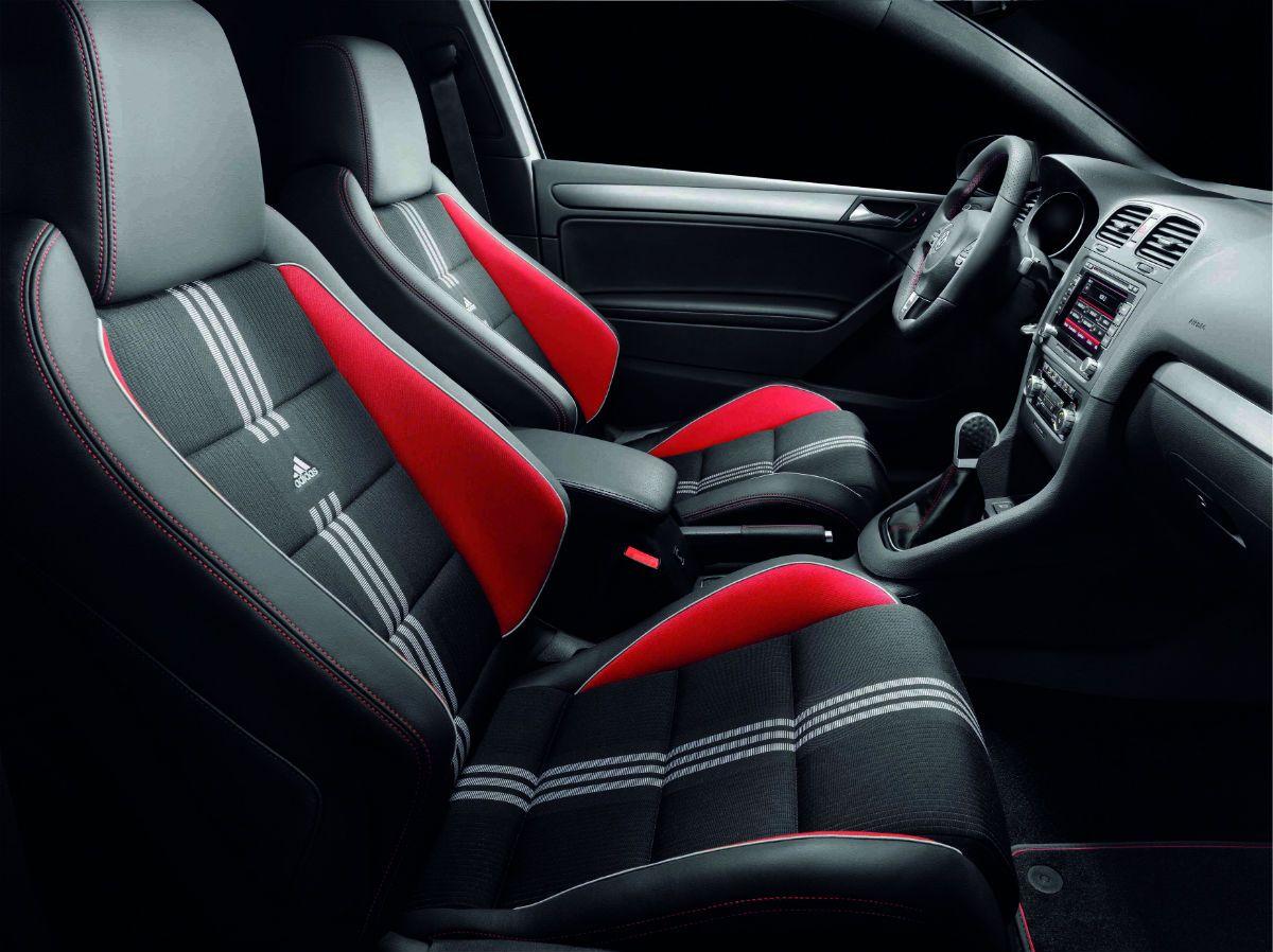 Μαύρο εσωτερικό με κόκκινες λεπτομέρειες του Volkswagen Golf GTI Adidas