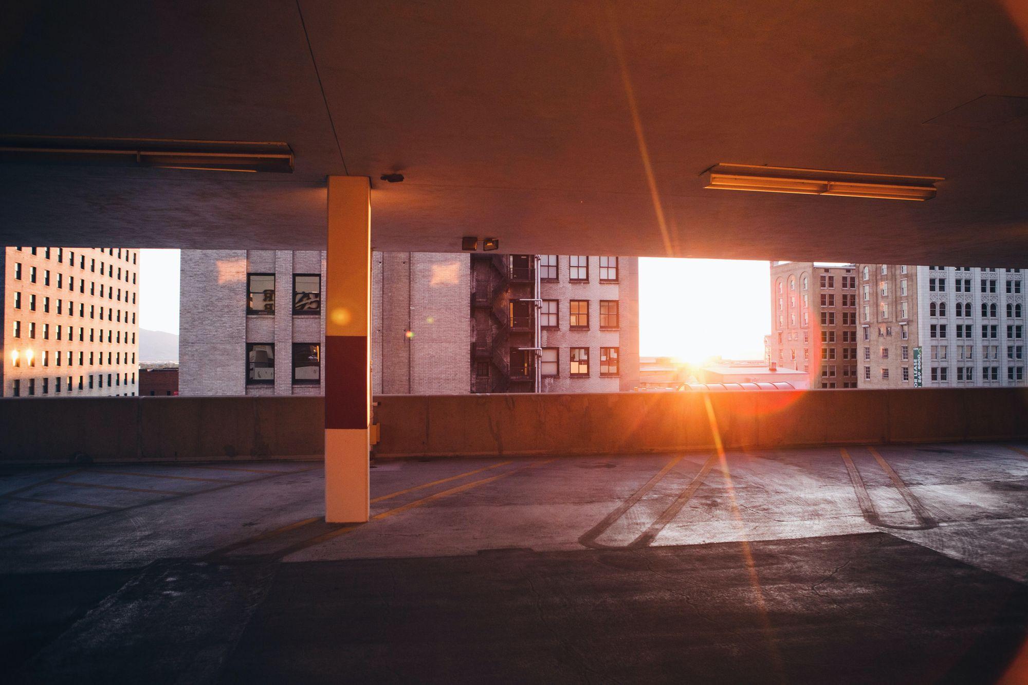 εσωτερικό κτιρίου με φόντο το ηλιοβασίλεμα