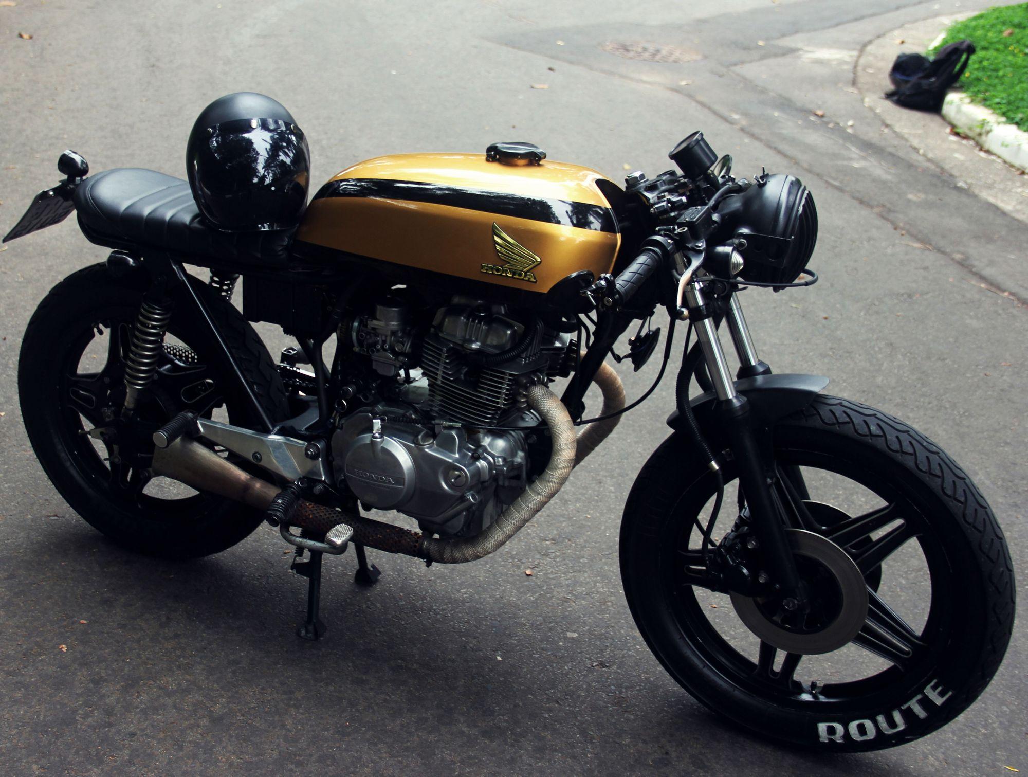 Μια Honda CB 400 Brat Style με κίτρινη σέλα