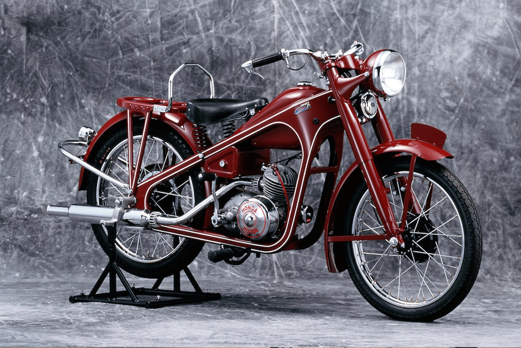 Μια από τις πρώτες Honda CB 400, κόκκινη και αστραφτερή