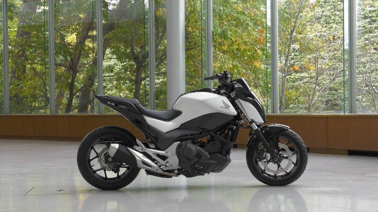 Μια ακόμα αυτόνομη μοτοσυκλέτα η Honda Riding Assist παρκαρισμένη σε μια αίθουσα