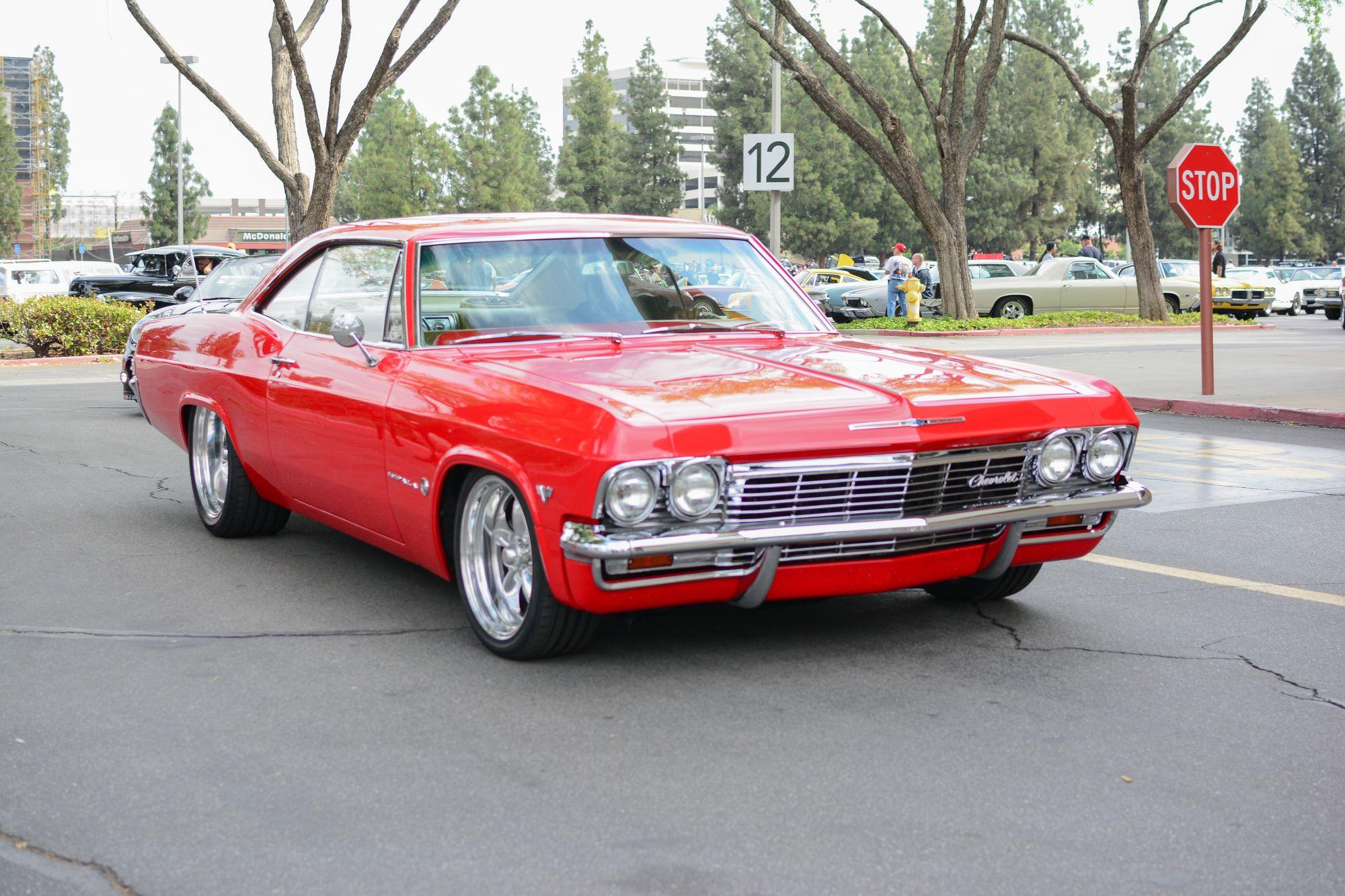 Μια κόκκινη Chevrolet Impala