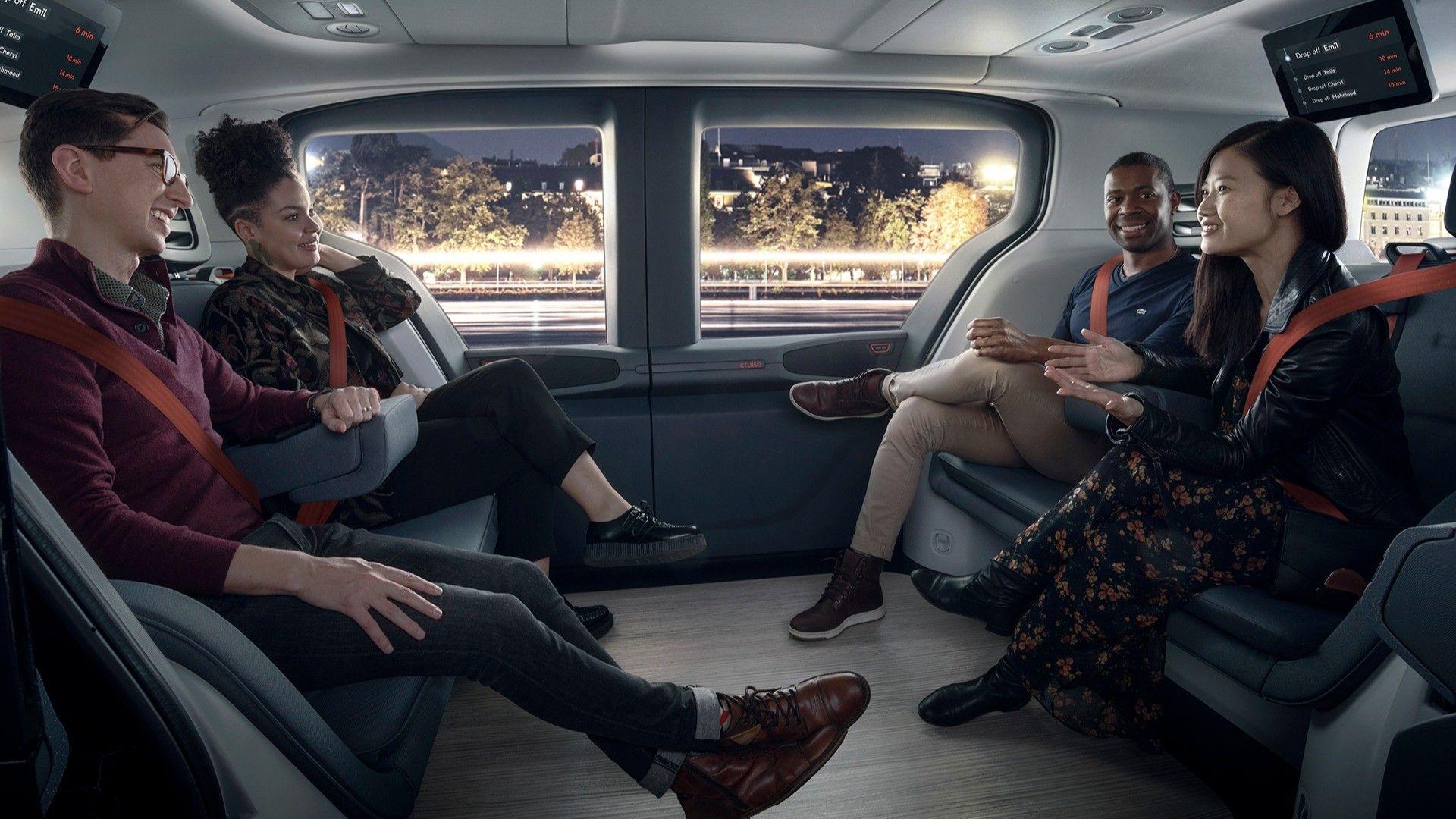 Τέσσερις άνθρωποι στο εσωτερικό του origin cruise