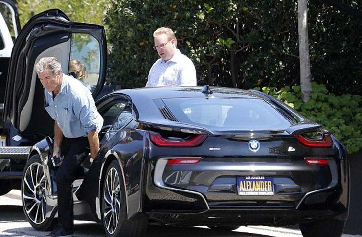 Ο Pierce Brosnan βγαίνει από το ηλεκτρικό του αυτοκίνητο