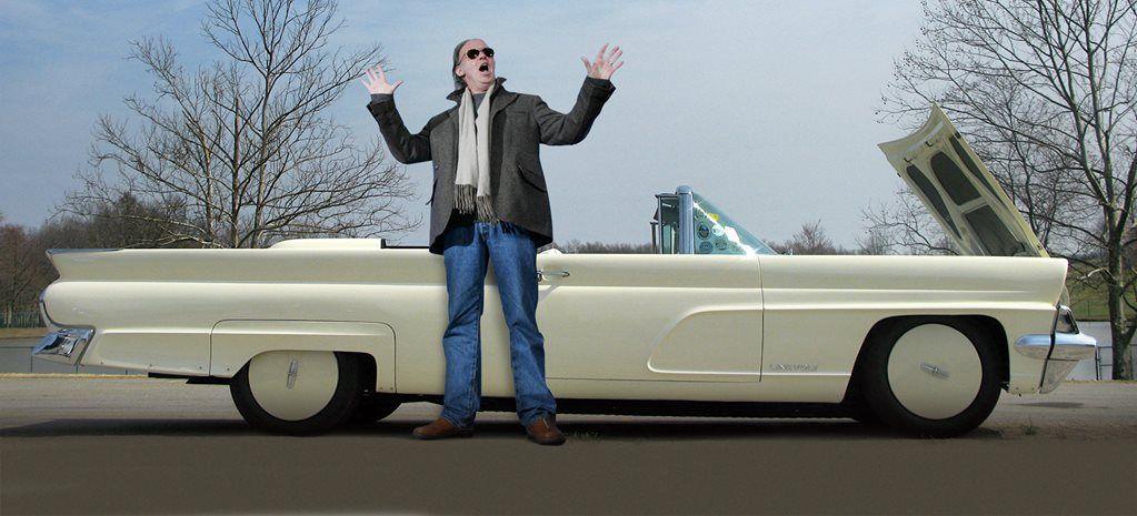 O Neil Young μπροστά από ένα λευκό αυτοκίνητο