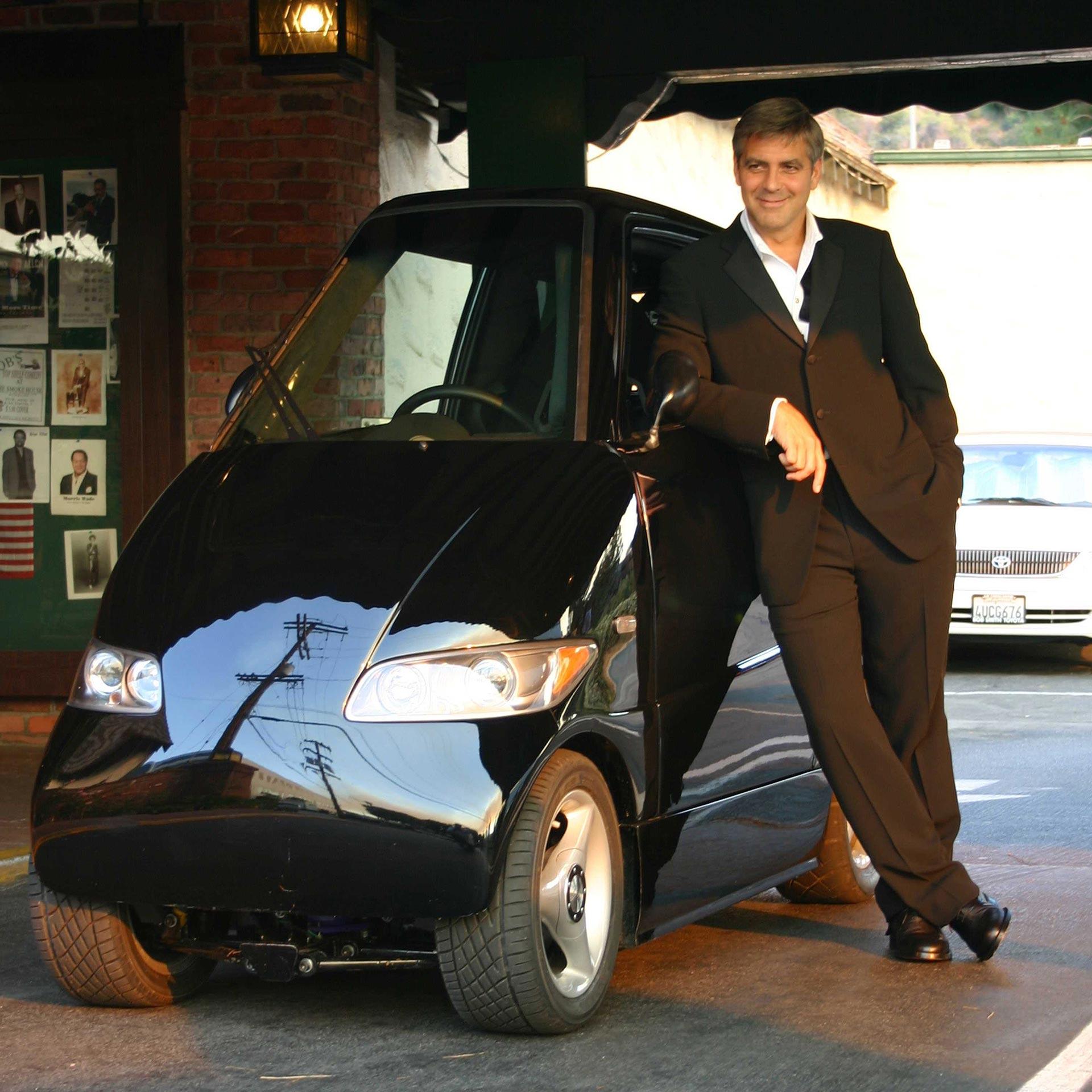 Ο George Clooney ποζάρει με το μικρό ηλεκτροκίνητό του