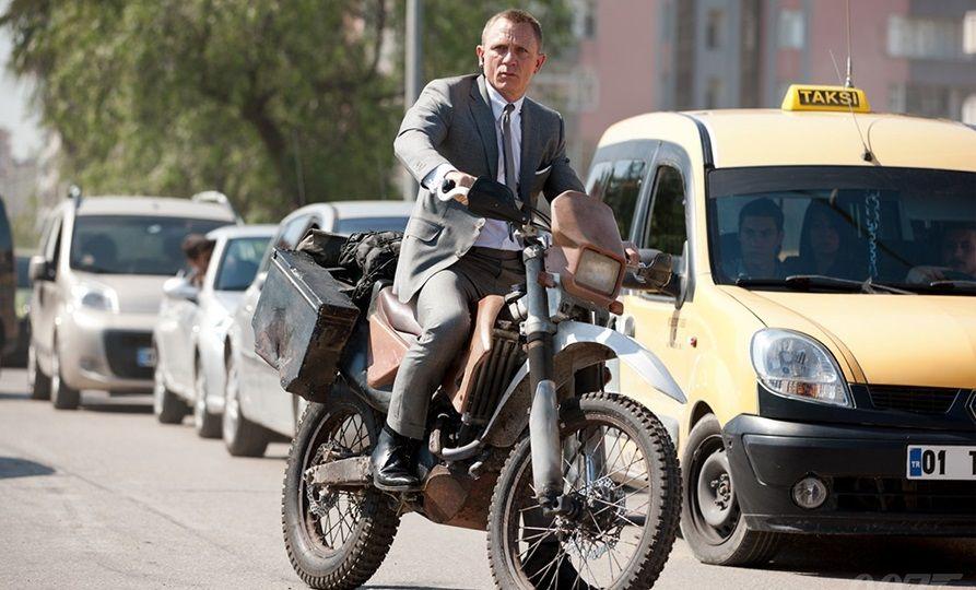 Ο Daniel Craig οδηγάει μια Honda CRF250R δίπλα σε ένα ταξί