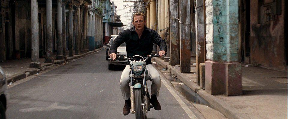 Ο Daniel Craig οδηγάει μια Montesa Cota 4RT σε στενό μιας πόλης
