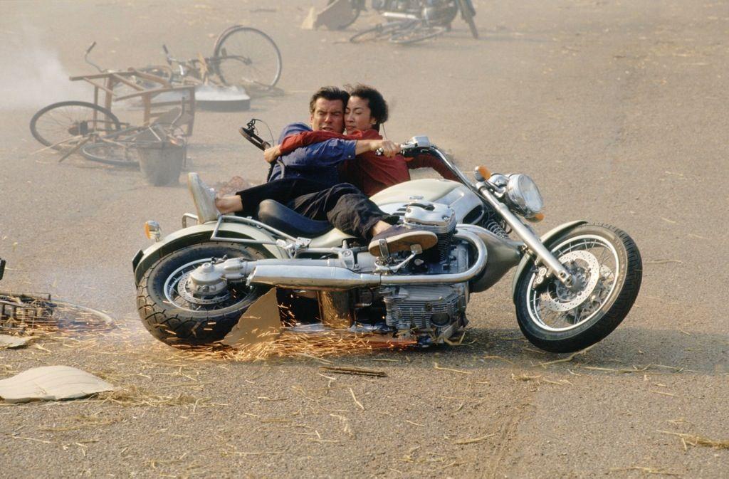 Ο Pierce Brosnan αγκαλιά με μια Κινέζα πράκτορα στην μέση του δρόμου κάτω από μια BMW R1200C