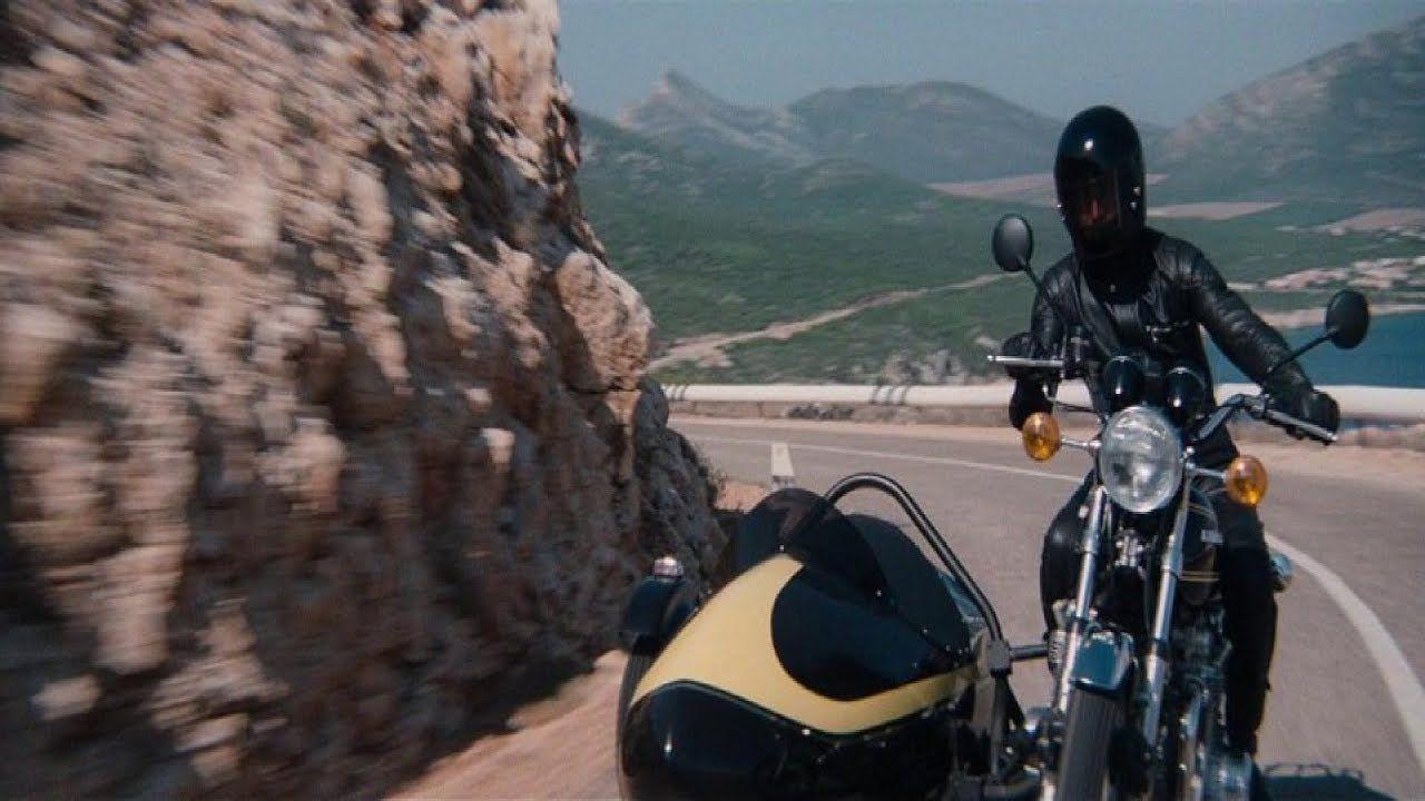 Ο Roger Moore οδηγεί ένα Lotus Espirit σε δρόμο πάνω σε βουνό