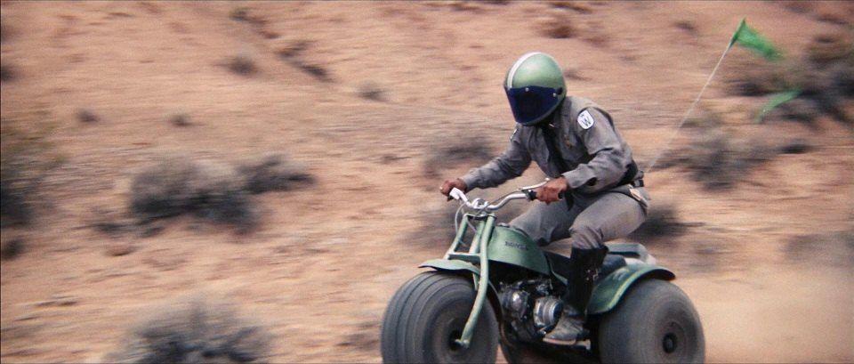 Ο Sean Connery οδηγεί μια Honda ATC90 σε χωματόδρομο