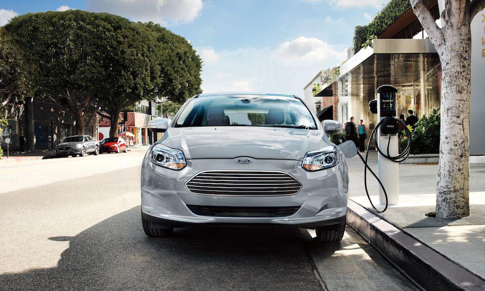 παρκαρισμένο Ford φορτίζει σε δημόσιο σημείο