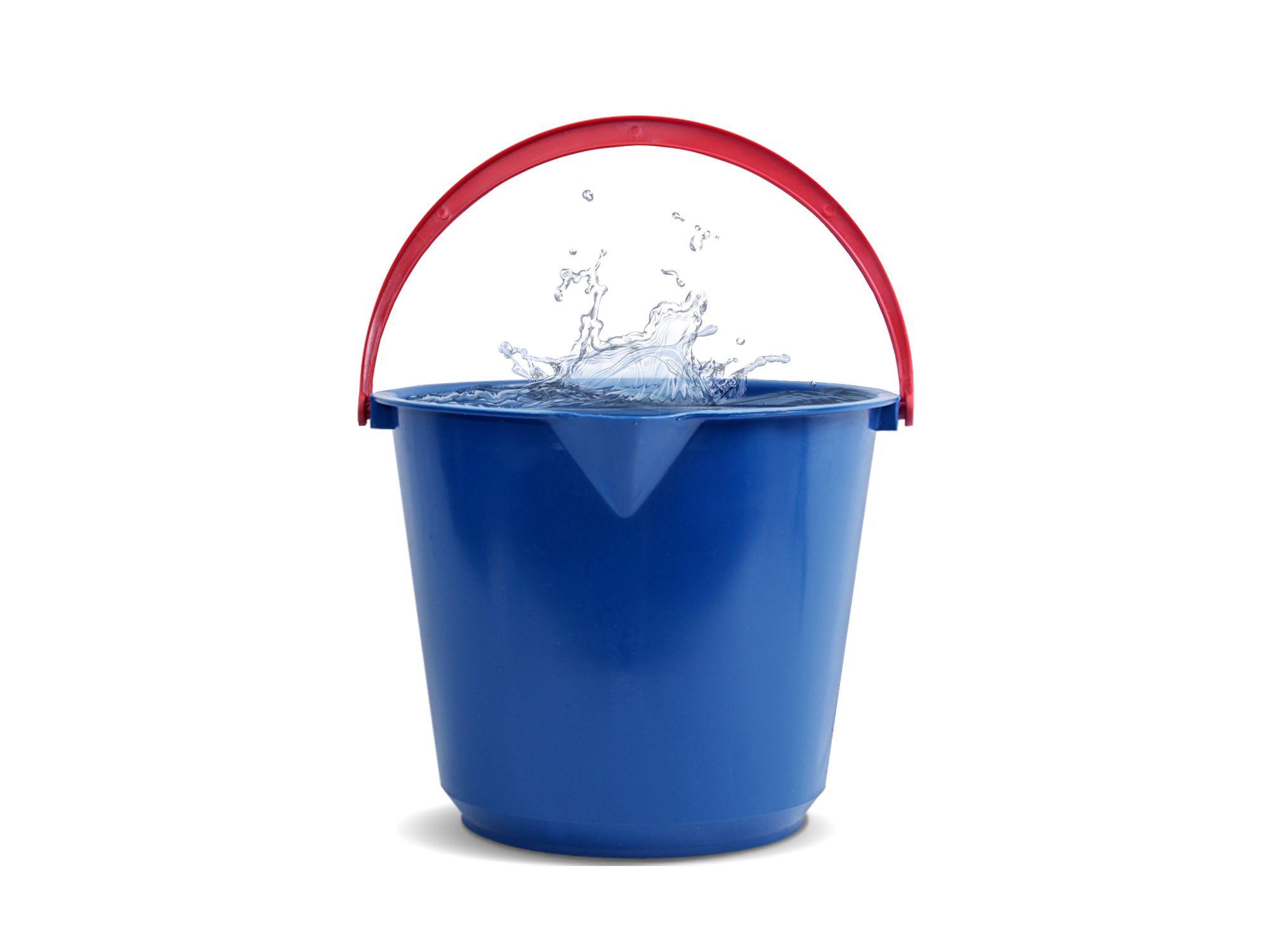 Μπλε κουβάς με νερό που σχεδόν ξεχειλίζει