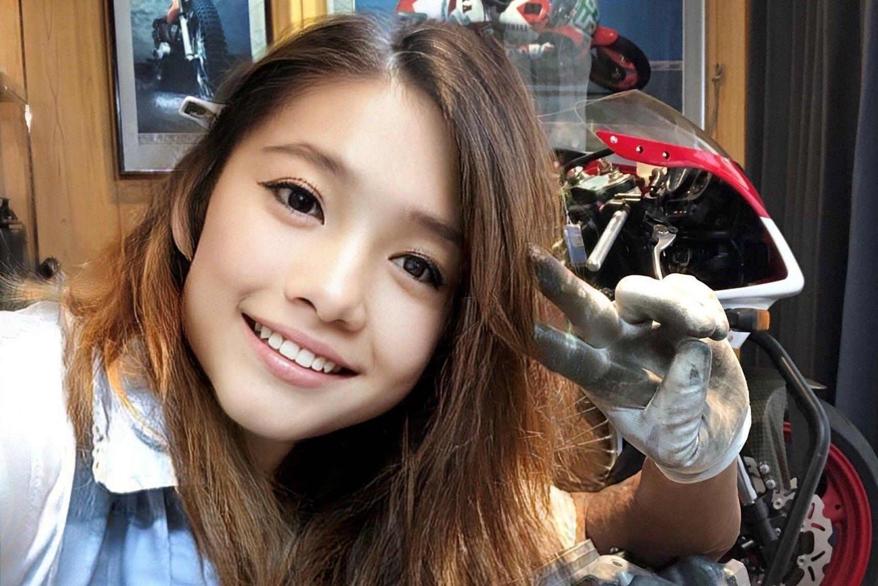 selfie γλυκιάς ιαπωνέζας μπροστά από την μηχανή της
