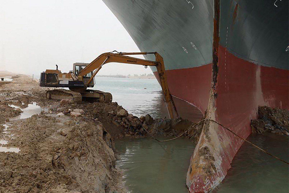 ο εκσκαφέας που προσπαθεί να ξεμπλοκάρει το πλοίο ever given
