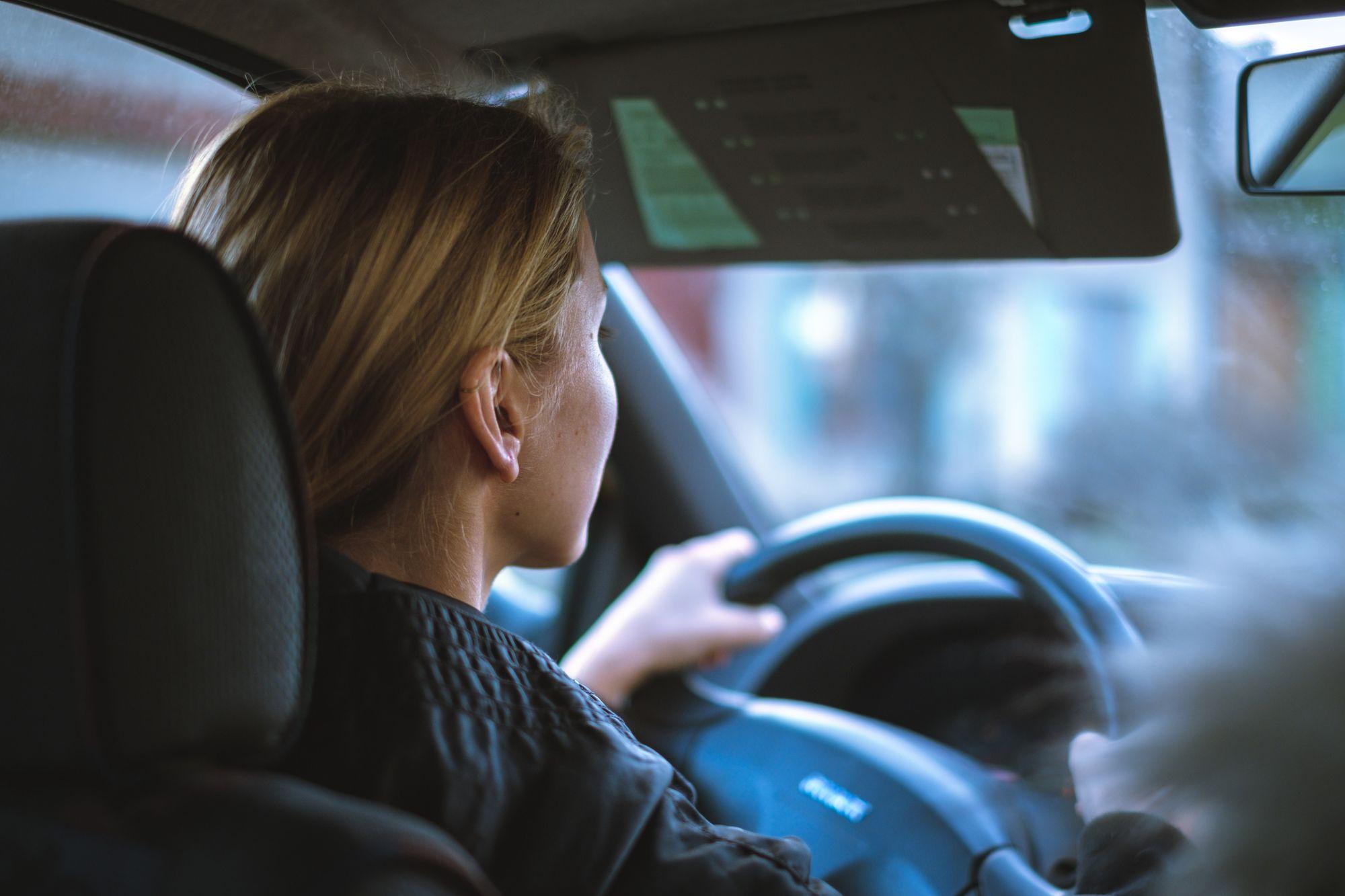 εσωτερικό αυτοκινήτου με γυναίκα να οδηγάει