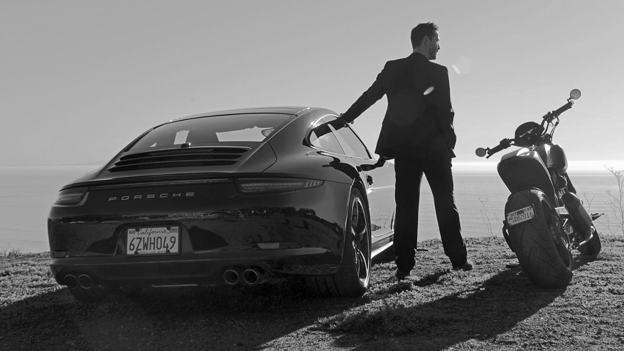 ο Keanu Reeves ποζάρει με την Porsche και τη μηχανή του
