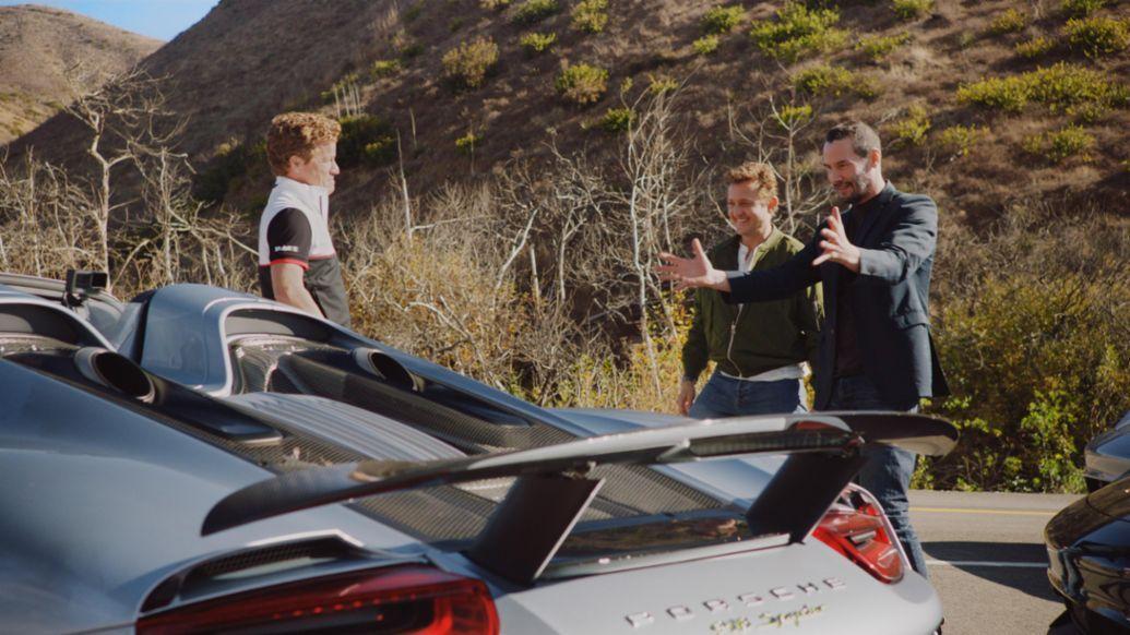 Keanu Reeves και Alex Winters συναντούν τον Patrick Long που φτάνει με μία Porsche 918 Spyder