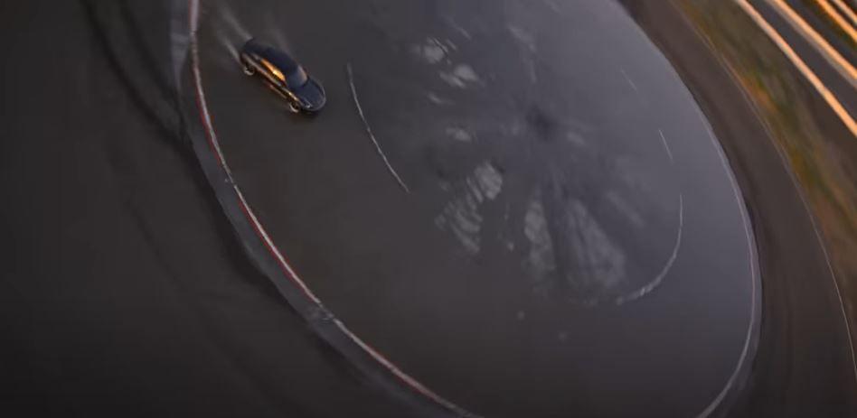 αυτοκίνητο κάνει ντριφτ στον κύκλο