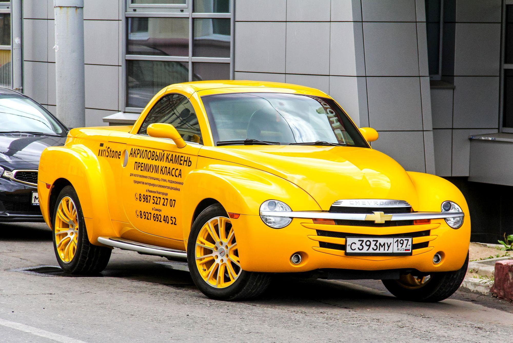 κίτρινο αυτοκίνητο παρκαρισμένο στο δρόμο