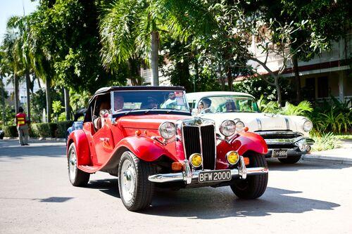 κόκκινο παλιό αυτοκίνητο σε δρόμο