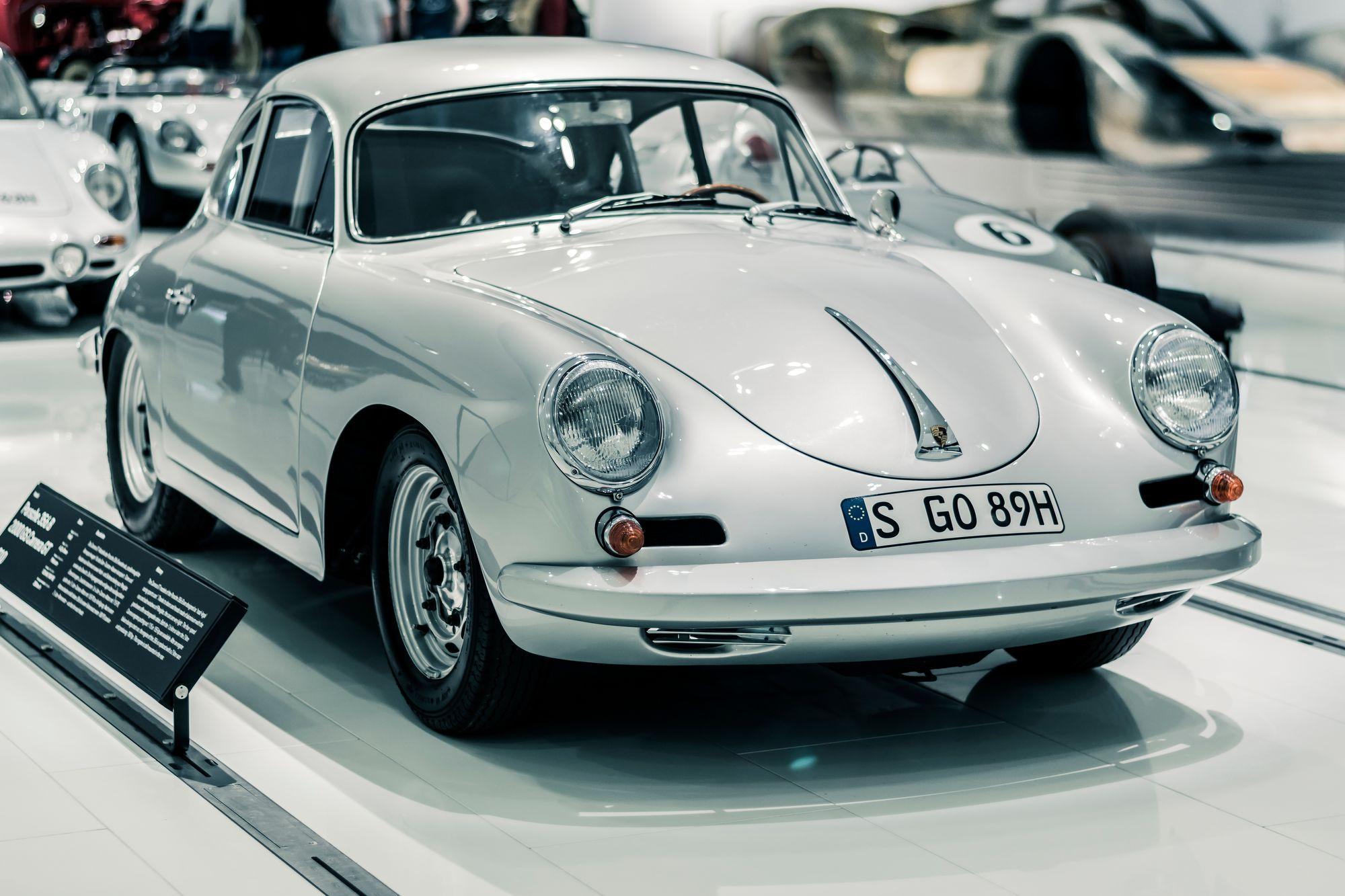 λευκό σπορ αυτοκίνητο σε μουσειακό χώρο