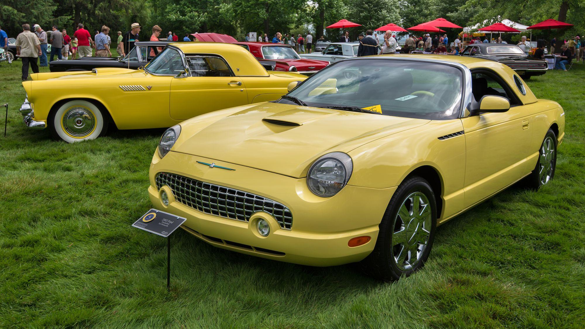 κίτρινο αυτοκίνητο σε εκθεσιακό χώρο