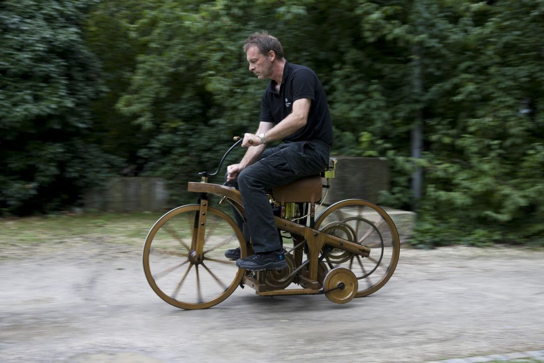 Άντρας πάνω στην πρώτη μοτοσυκλέτα