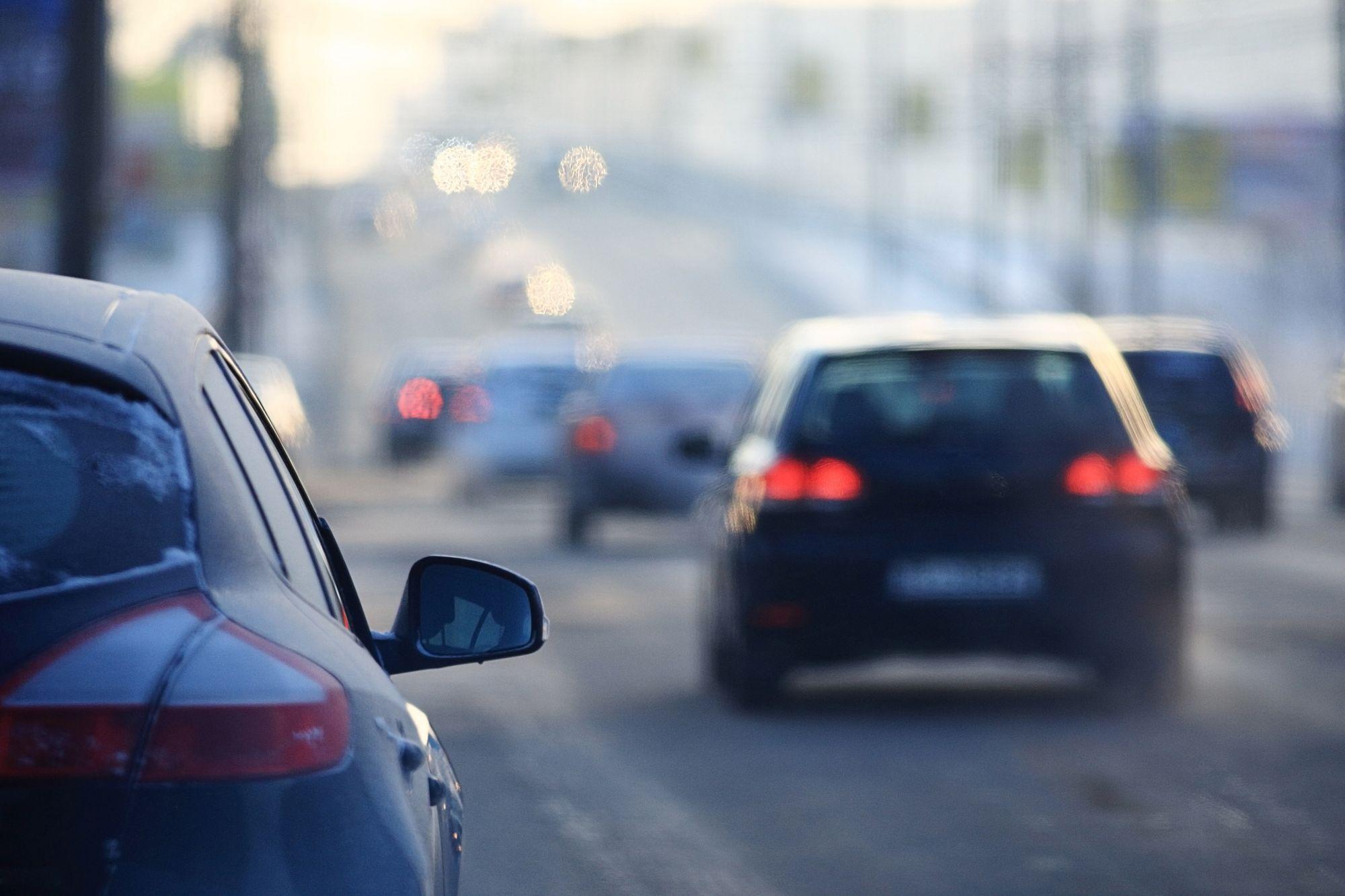 Αυτοκίνητα σε έναν δρόμο