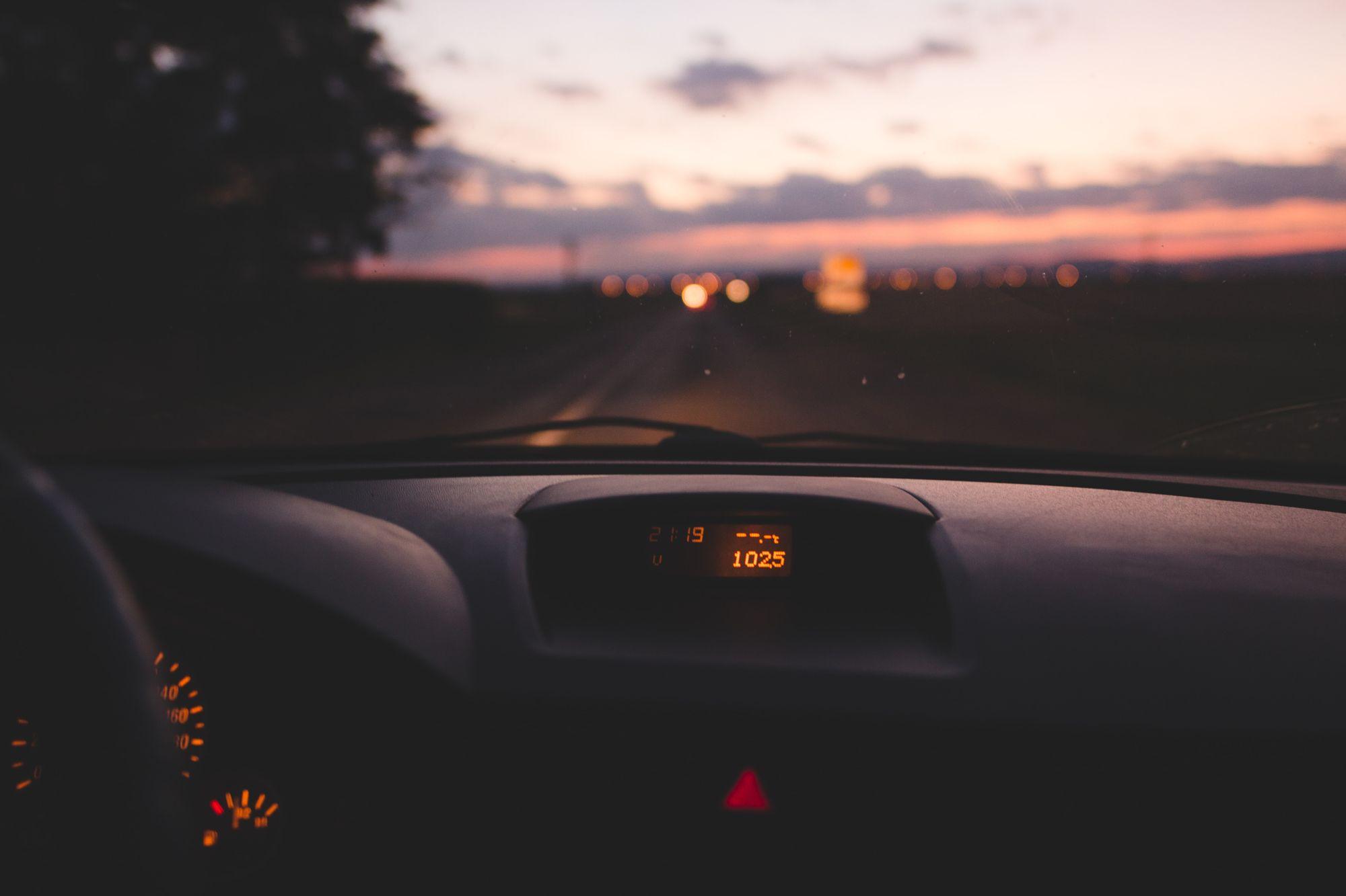 Το παρμπρίζ όπως φαίνεται από το εσωτερικό ενός αυτοκινήτου