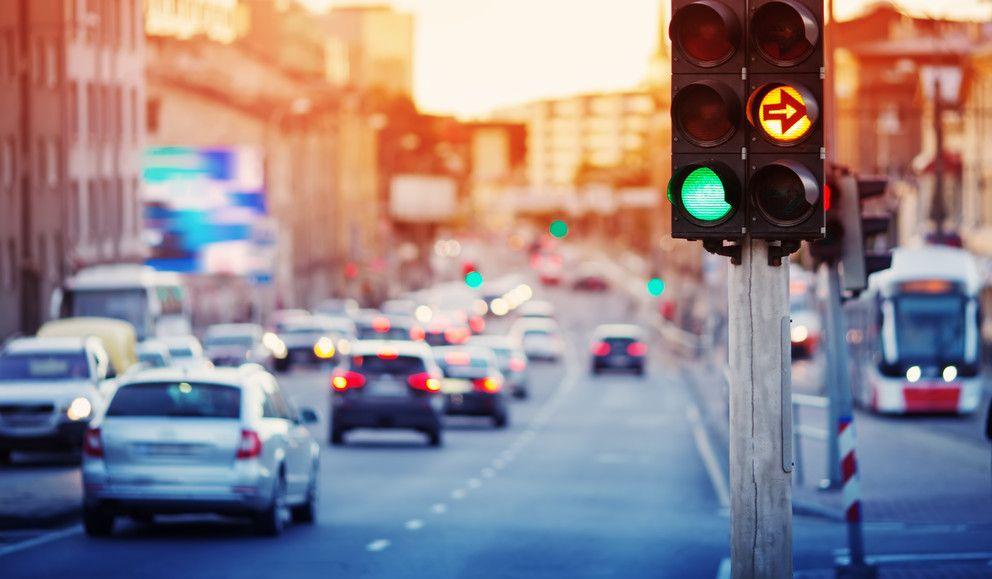 φωτεινός σηματοδότης σε δρόμο πόλης