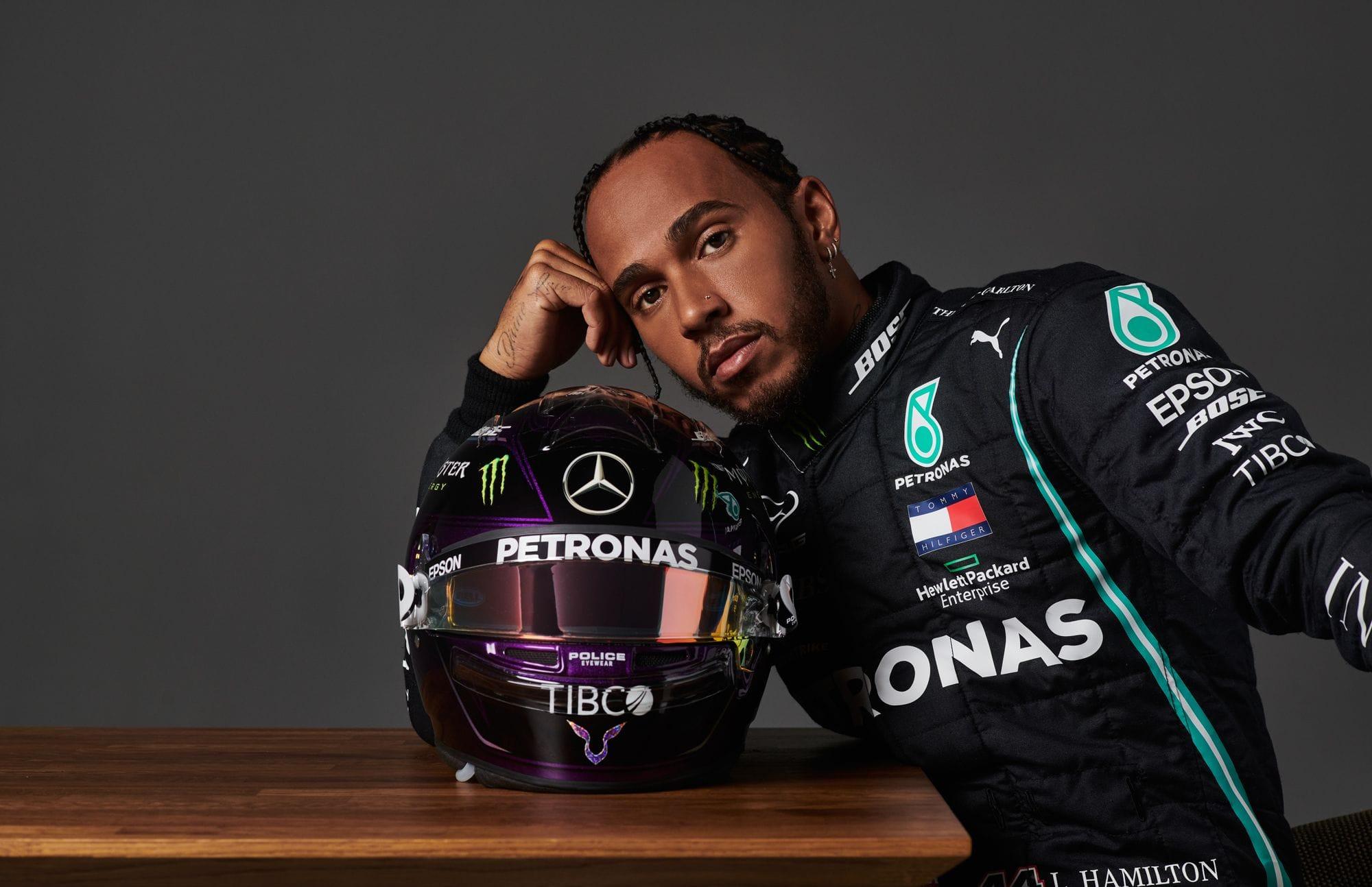 O Hamilton ποζάρει με το κράνος του