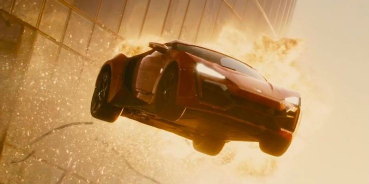 Ένα supercar μέσα στις φλόγες, στον αέρα, σε ελεύθερη πτώση, σε μία από τις ταινίες της σειράς