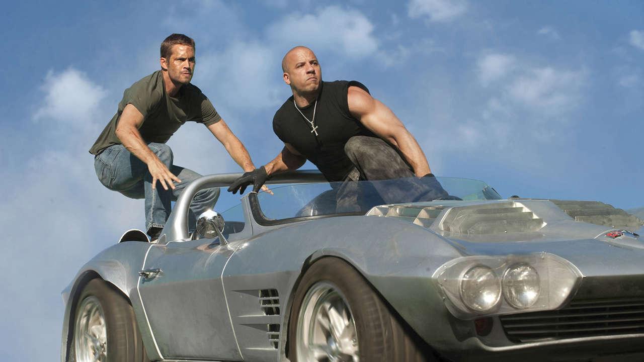 Brian (Paul Walker) και Don (Van Diesel) ετοιμάζονται να πηδήξουν έξω από ένα αυτοκίνητο που βρίσκεται εν κινήσει