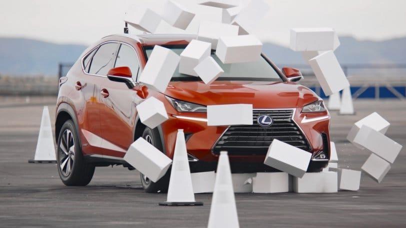 Το Lexus πέφτει πάνω στα εμπόδια που έχουν τοποθετήσει οι σχεδιαστές του πειράματος