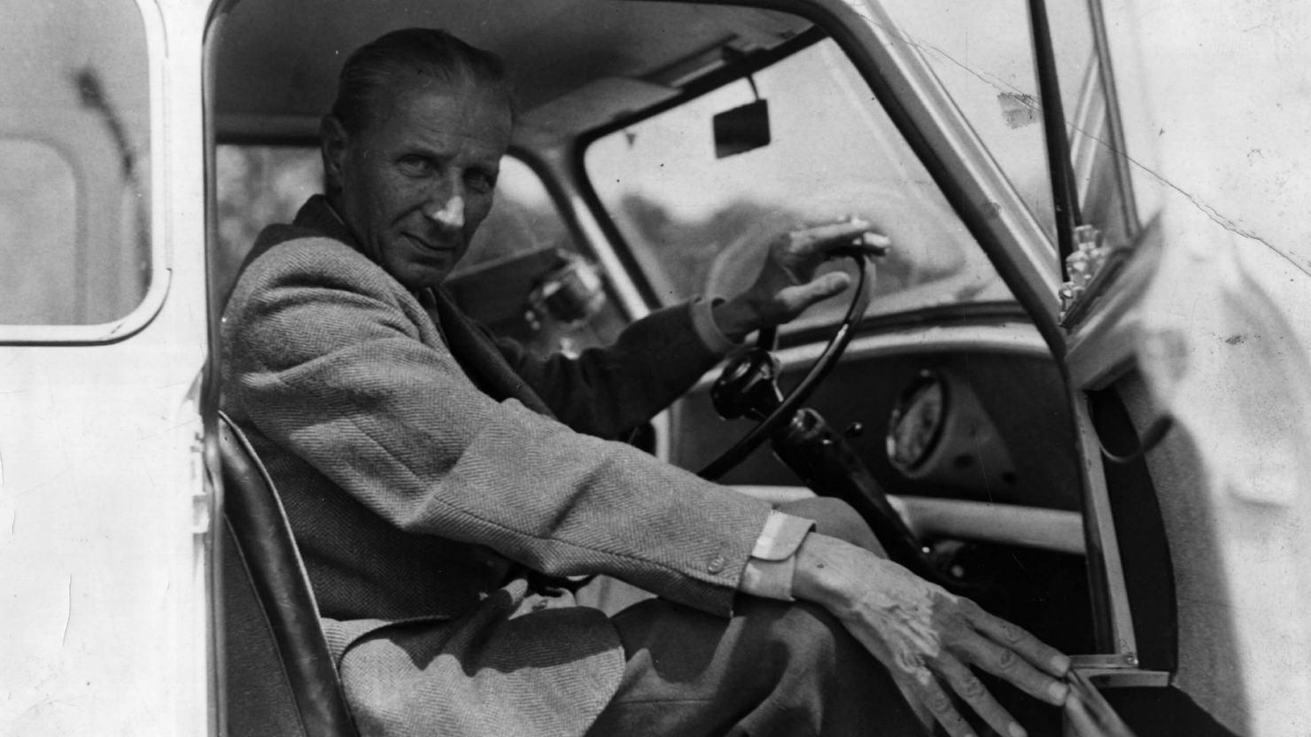 Ο Ισιγώνης στη θέση του οδηγού, σε ένα αυτοκίνητο Mini