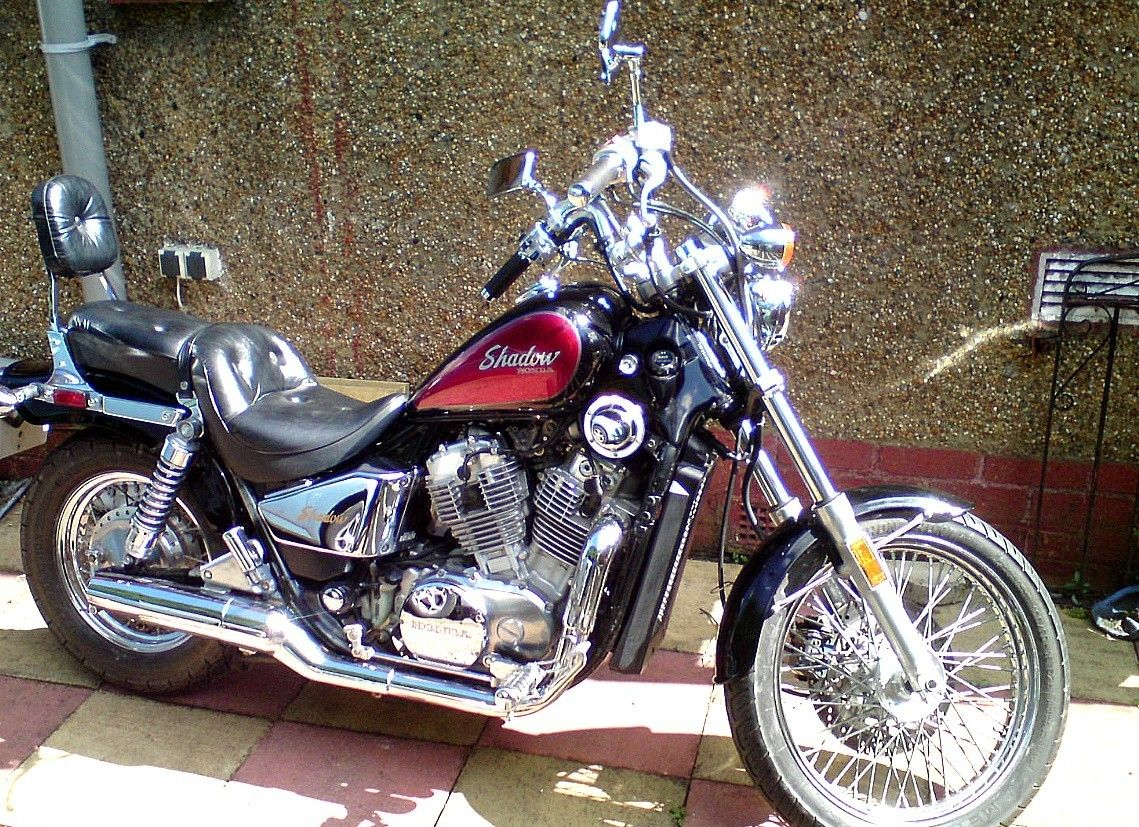 Μαύρη Honda VT800 Shadow