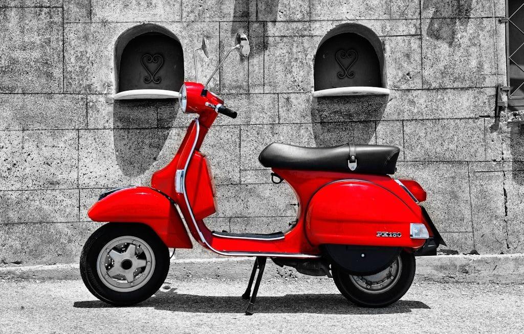 κόκκινη Vespa Px