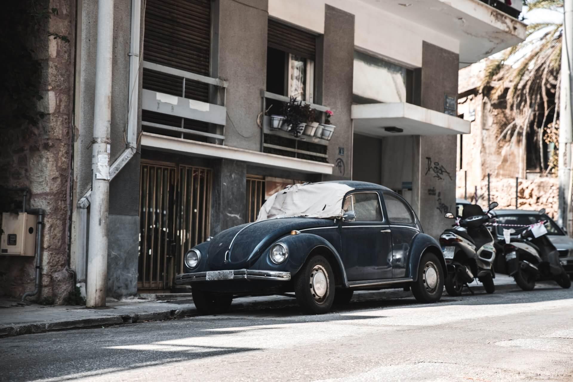 Ένα παλιό αυτοκίνητο χωρίς παρμπρίζ σε δρόμο της Αθήνας