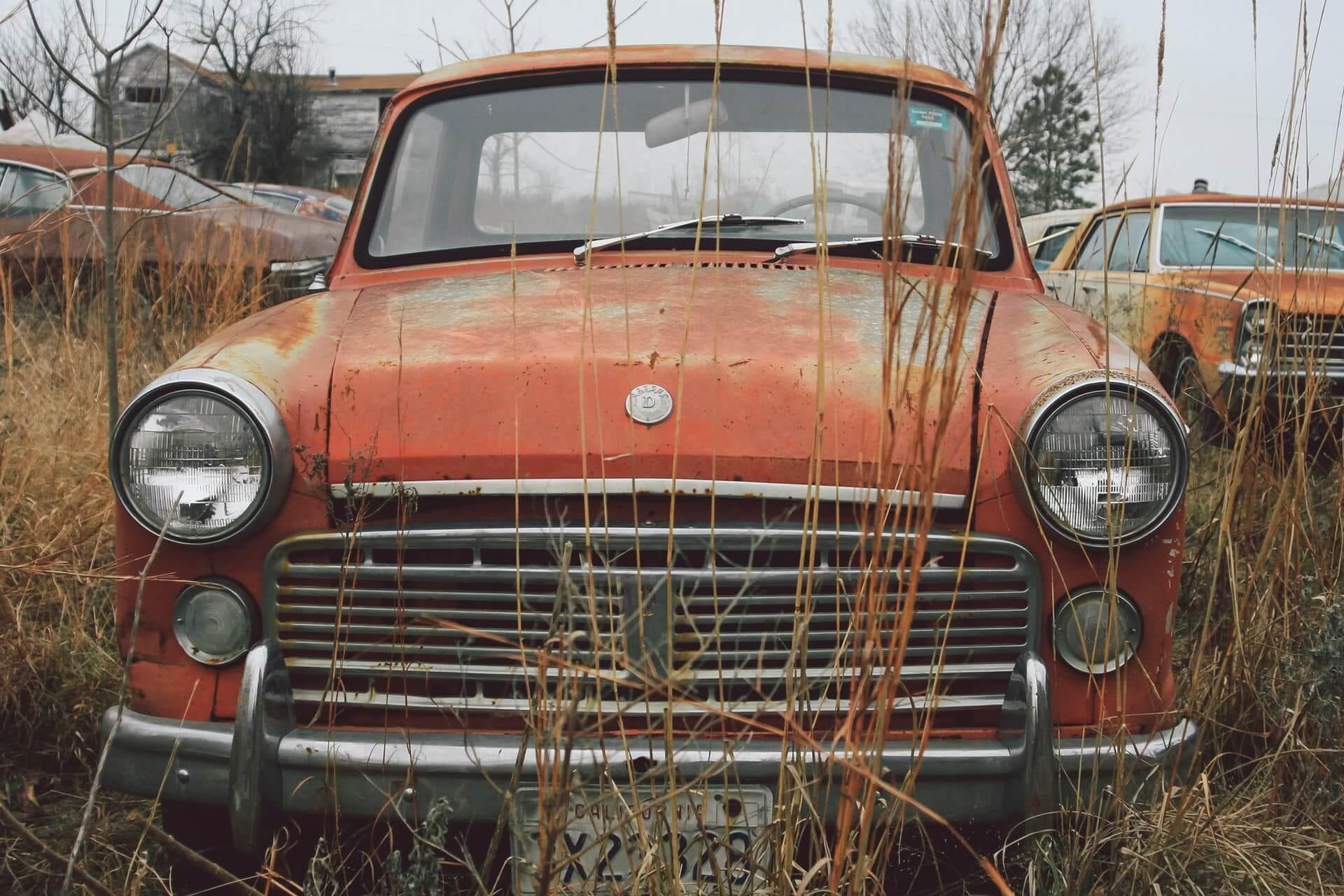 Ένα αυτοκίνητο σε μάντρα