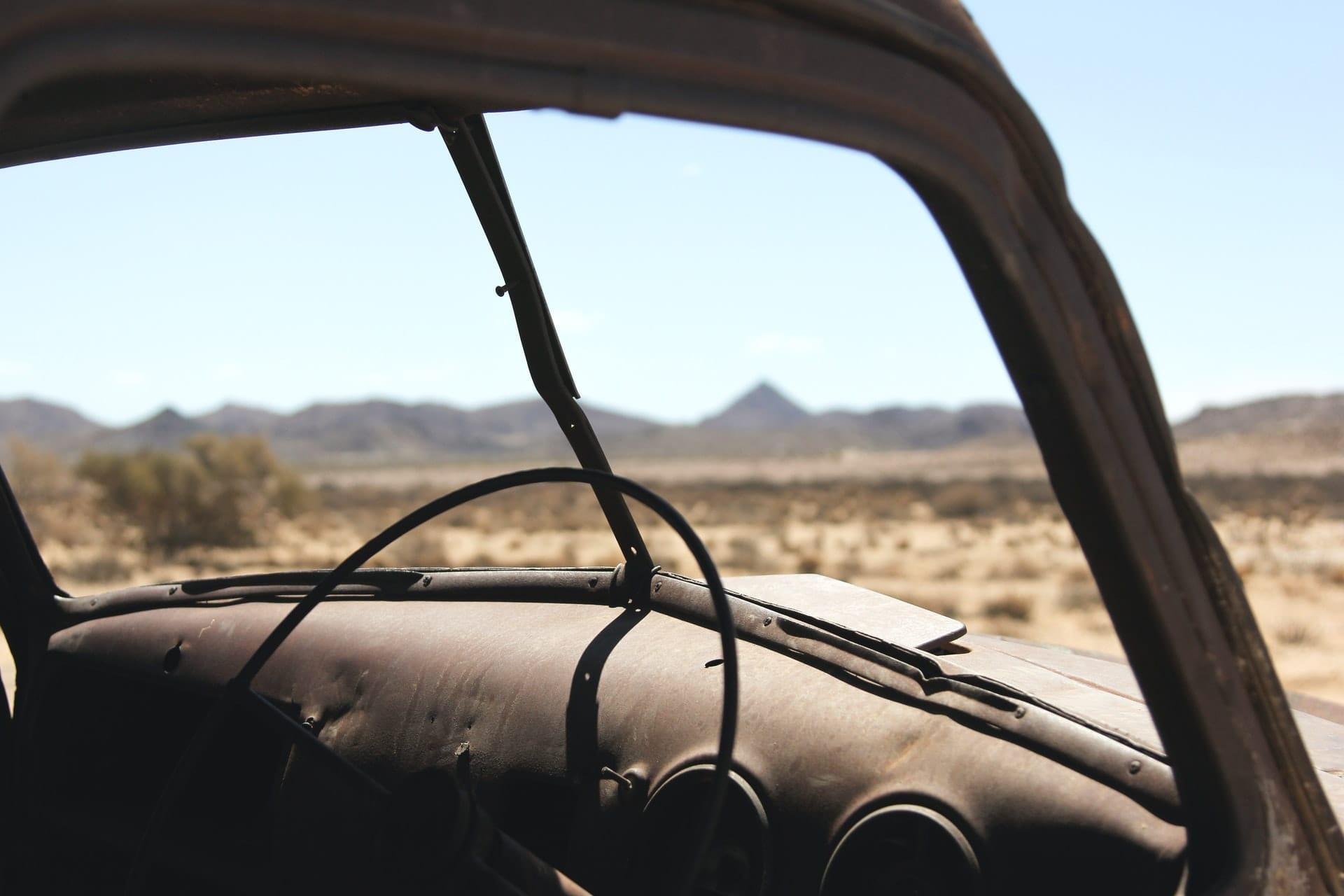 Πολύ παλιό και φθαρμένο αυτοκίνητο