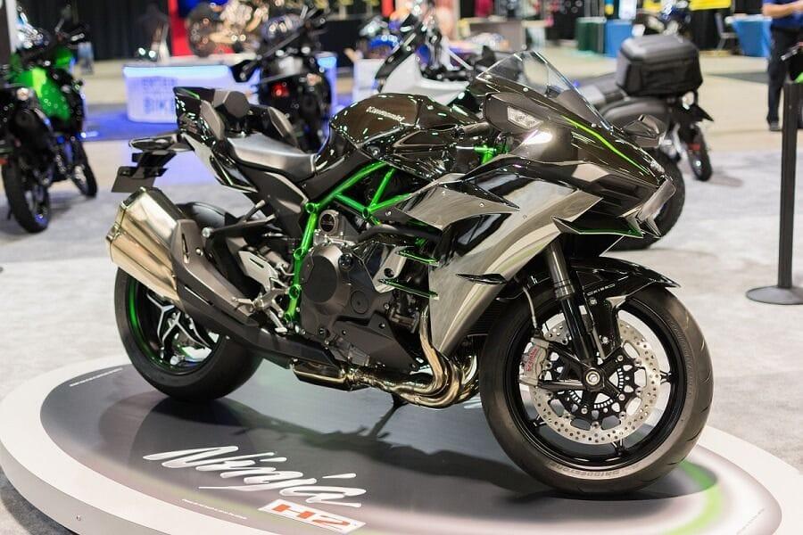Μοντέλο Kawasaki Ninja H2 σε εκθεσιακό χώρο