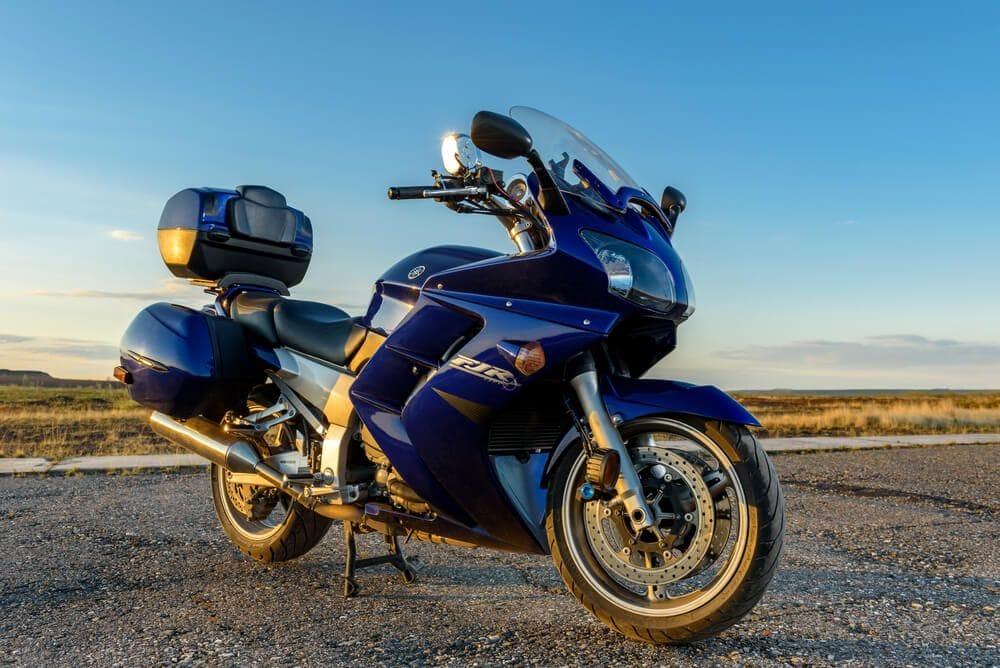 μοντέλο μοτοσυκλέτας yamaha fjr 1300, παρκαρισμένο σε ερημικό δρόμο