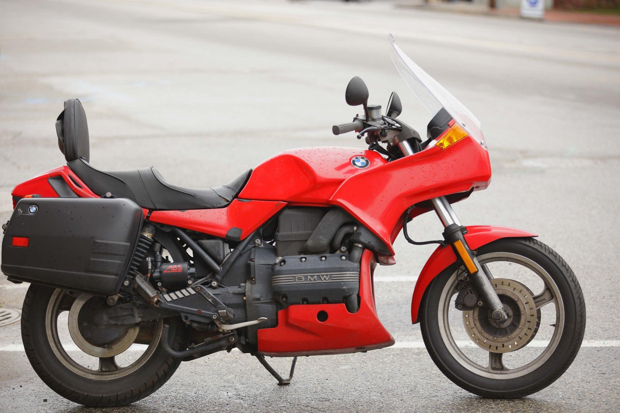 Μοντέλο μοτοσυκλέτας BMW K100, παρκαρισμένο στο δρόμο