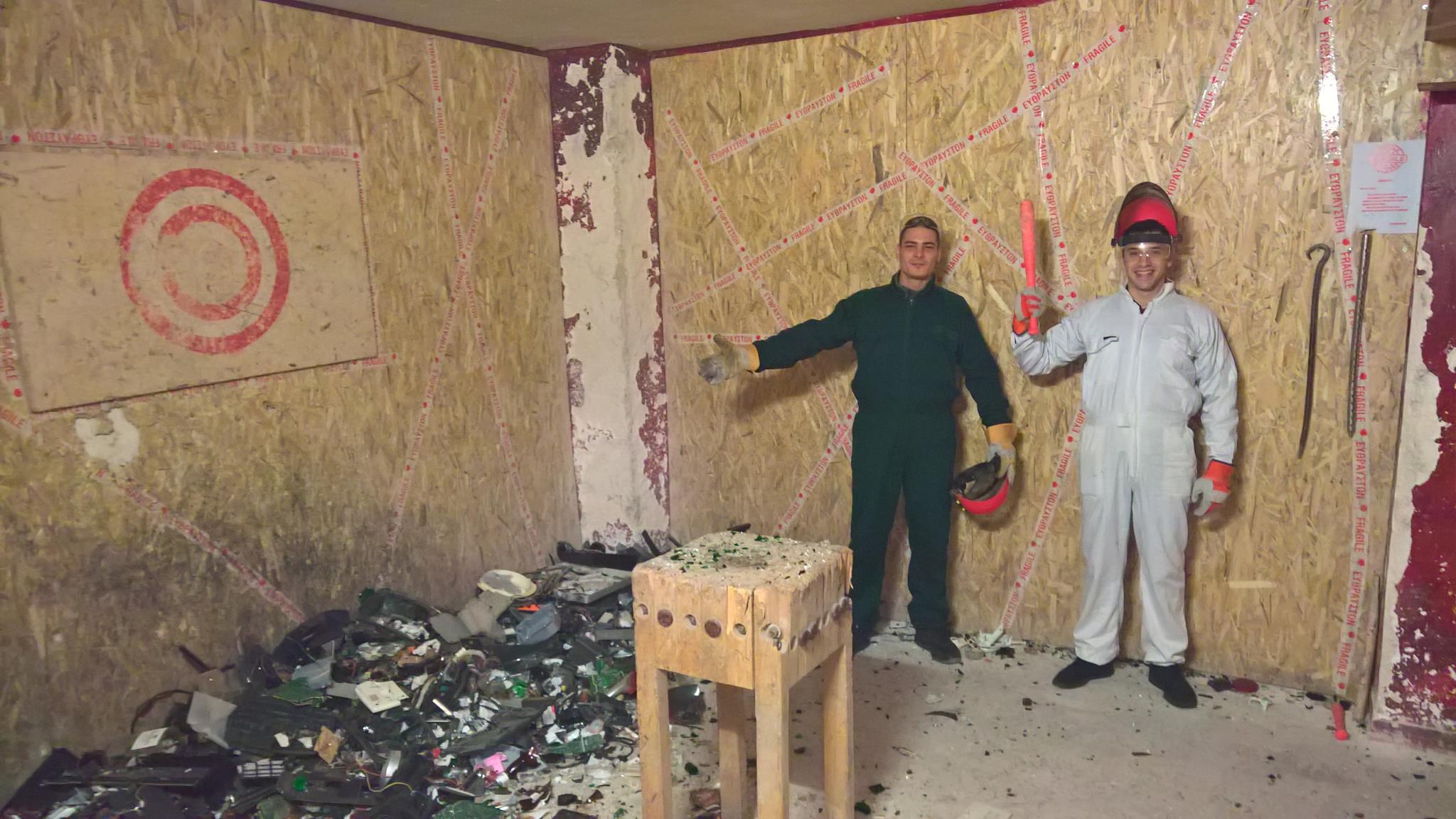 Ένα δωμάτιο οργής με κατεστραμμένες συσκευές