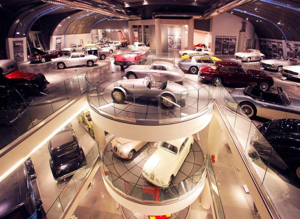 Ο πολυώροφος εκθεσιακός χώρος του Ελληνικού Μουσείου Αυτοκινήτων